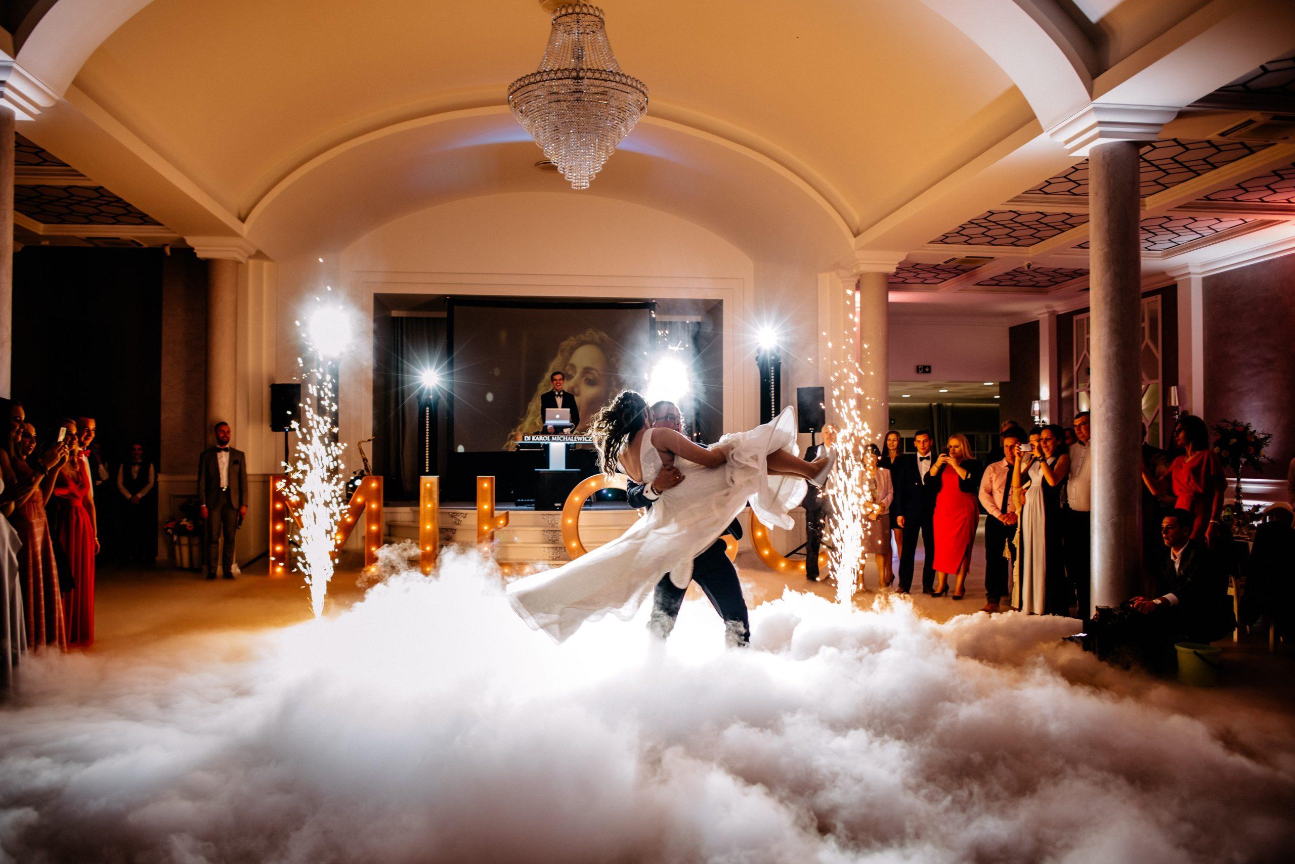 Ciężki dym i dekoracja światłem na wesele