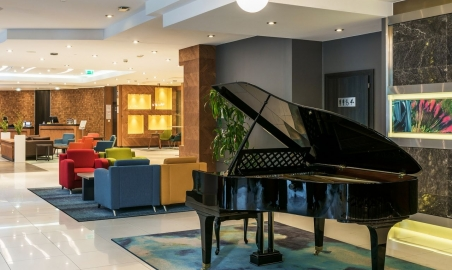 Sale weselne - Radisson Blu Hotel - 5ab27f4513508hotellobbychairsandpiano.jpg - www.SalaDlaCiebie.com