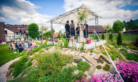 Sale weselne - Dwór Korona Karkonoszy - 5b6ebb8e6ecafwesele_w_ogrodzie_10.jpg - www.SalaDlaCiebie.com