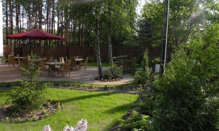 Sale weselne - Villa Avanti - 578f7e1b0d49bparasol_i_stoliki_z_oddali.jpg - SalaDlaCiebie.pl