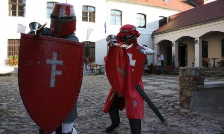 Sale weselne - Zamek Królewski we Wschowie - 51a886628cec0rycerze_na_dziedzincu_zamkowym_fot_emilia_tycner.JPG - SalaDlaCiebie.pl